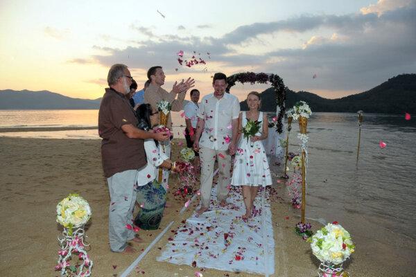 Nok Island Beach Marriage : Pia + Bernhard